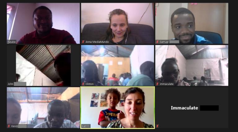 Screenshot von einer Videokonferenz. Vor drei Bildschirmen sitzen jeweils mehrere der Teilnehmenden des Workshops. Ansonsten nehmen Anna von MediaMundo und Katrin von Leapfrog teil.