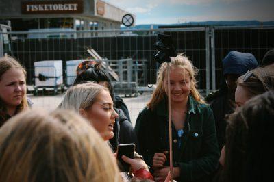 Mädchen unterhalten sich angeregt mit Smartphone in der Hand